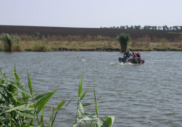 сбили рыбаков на лодке